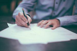 文字を書く人のイメージ